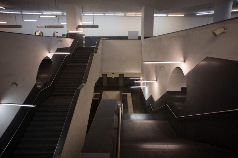 Le scale della fermata Municipio della metropolitana di Napoli