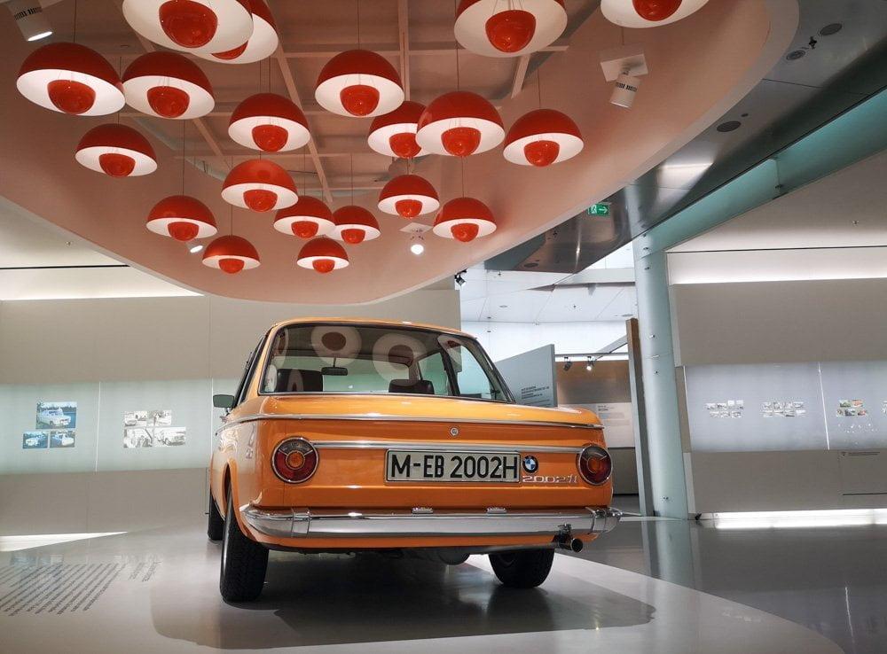 Auto d'epoca esposta nel Museo BMW di Monaco di Baviera