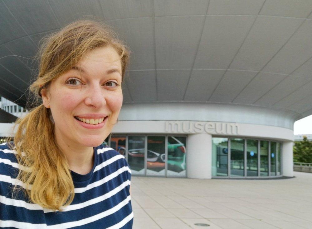 Paola Bertoni di fronte all'ingresso del Museo BMW di Monaco di Baviera