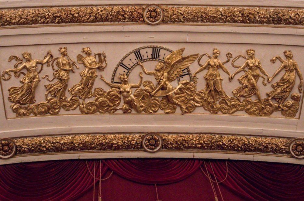 L'orologio del Teatro San Carlo di Napoli rappresenta l'allegoria dell'arte che non ha tempo