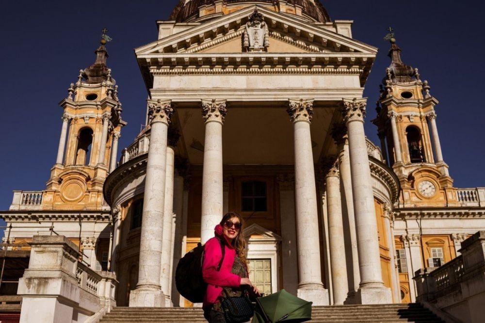 Paola Bertoni davanti allo scalone della Basilica di Superga, foto Virginia Barinaga Λir Fotografía in stage presso Plastikwombat