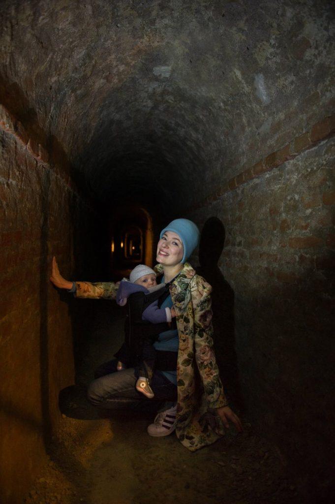 Paola Bertoni e bimbo nelle gallerie sotterranee del museo Pietro Micca di Torino, foto Plastikwombat