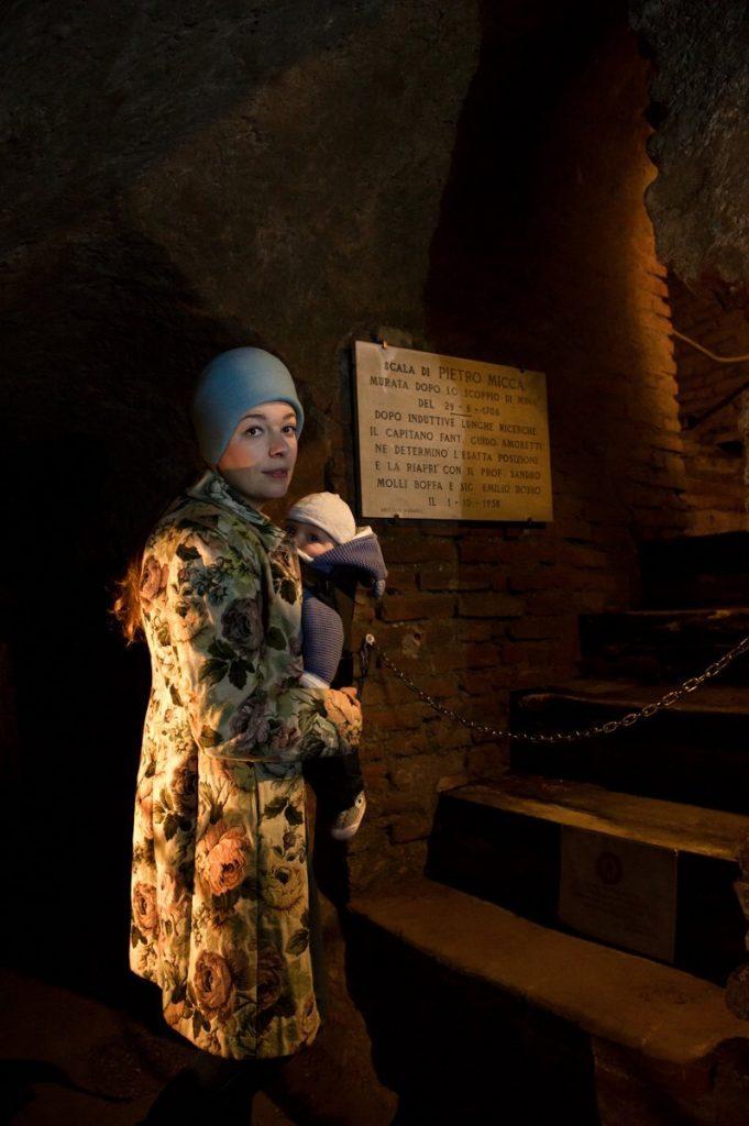 Paola Bertoni e bimbo davanti alla scala fatta saltare da Pietro Micca nelle gallerie sotterranee di Torino, foto Plastikwombat