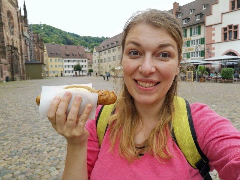 Paola Bertoni con street food nella piazza della Cattedrale e del mercato a Friburgo in Brisgovia, Germania