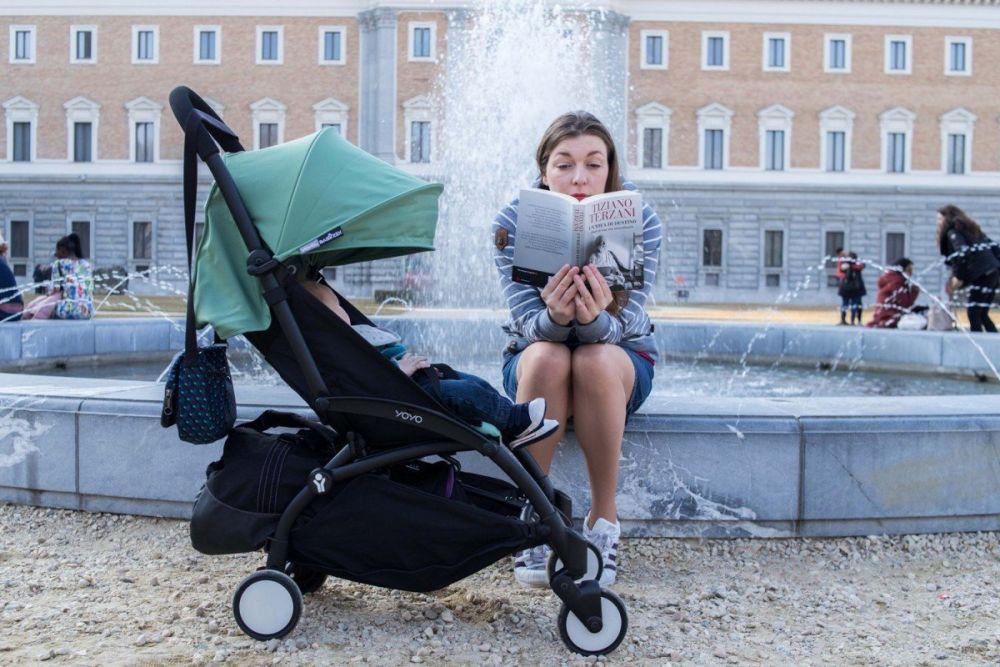 Paola Bertoni legge Tiziano Terzani ai Giardini Reali di Torino, foto Virginia Barinaga Ʌir Fotografía