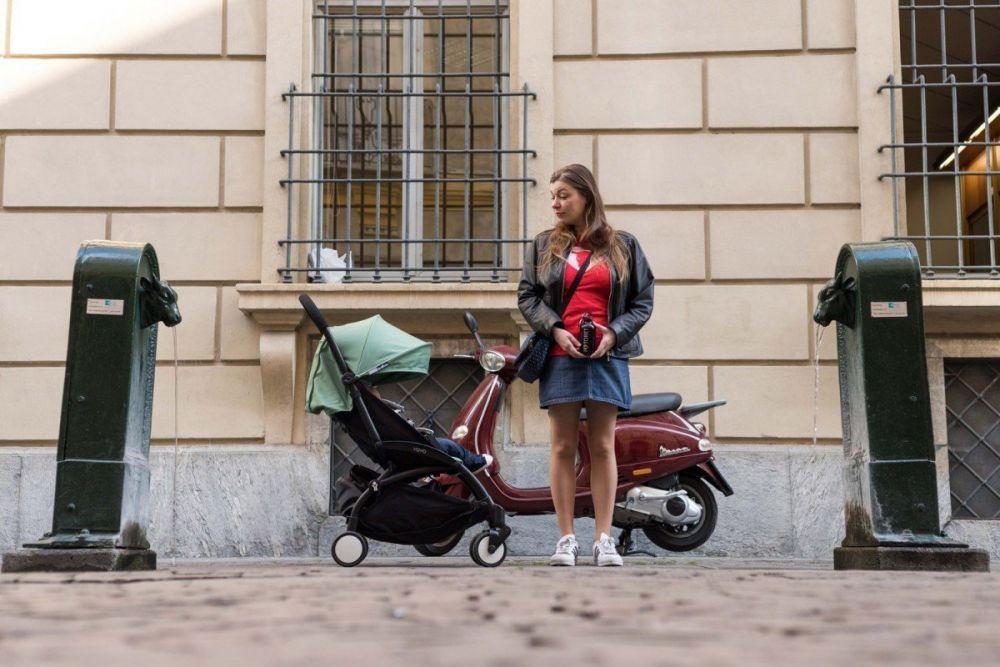 Paola Bertoni tra due toret a Torino