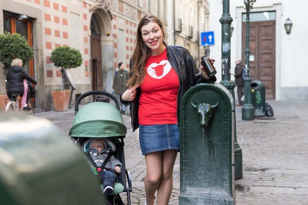 Paola Bertoni davanti a un toret di Torino