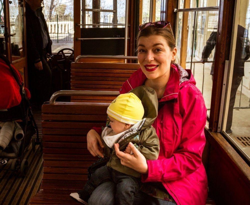 Paola Bertoni e bimbo sul tram storico della tranvia Sassi-Superga di Torino, foto Virginia Barinaga Λir Fotografía in stage presso Plastikwombat