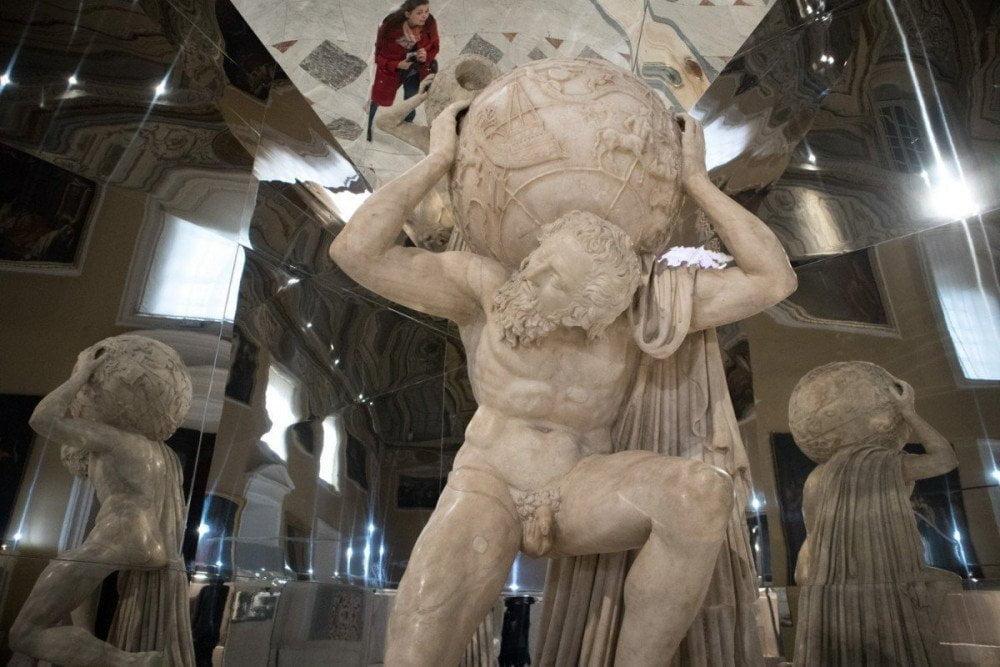 Selfie di Paola Bertoni con Atlante Farnese nell'allestimento per la mostra Thalassa al Museo Archeologico Nazionale di Napoli