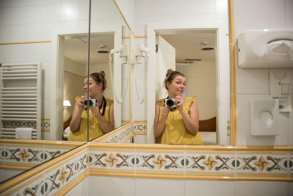 Selfie di Paola Bertoni nel bagno della sua camera singola all'Hotel America di Trento