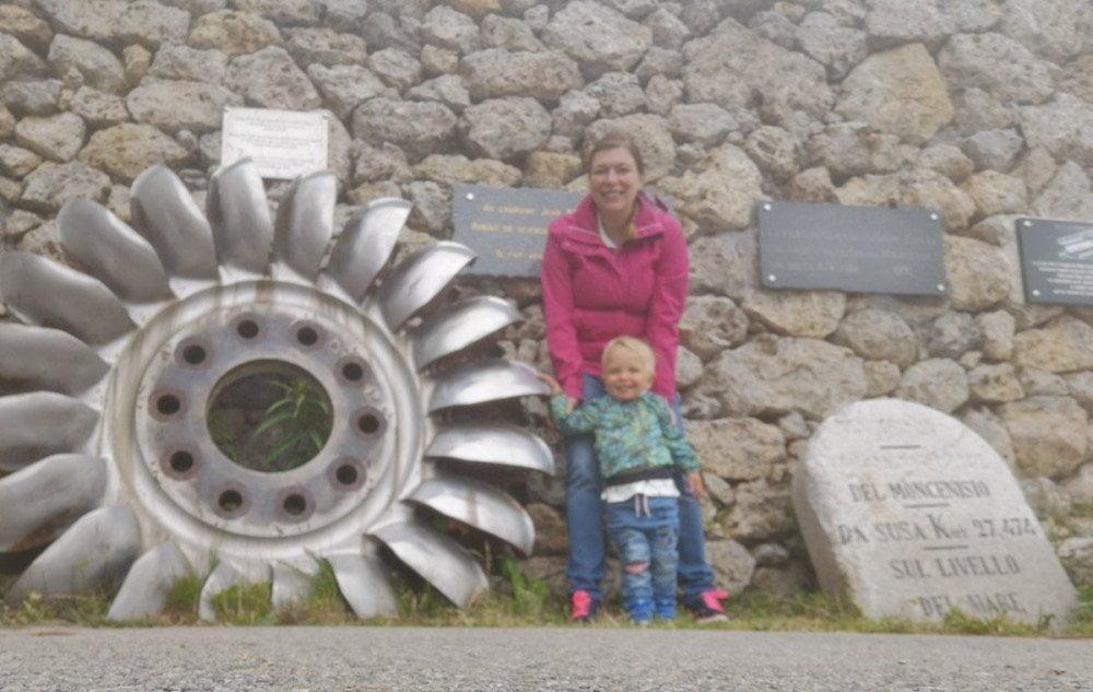 Paola Bertoni e bimbo in montagna al Moncenisio, Francia