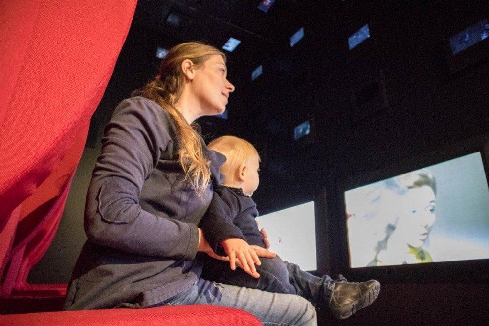 Paola Bertoni e Britalian baby nella sala Sognare del Museo del Risparmio di Torino