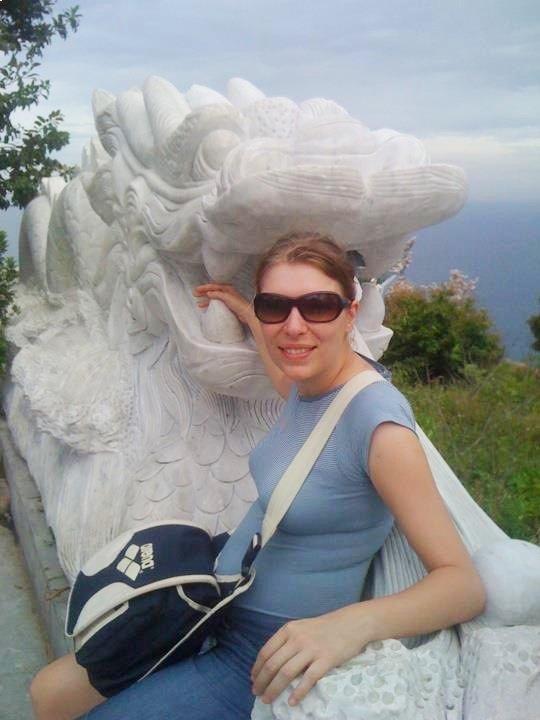 Paola Bertoni alla Pagoda di Linh Ung dove si trova il Buddha gigante di Ba Na Hills in Vietnam