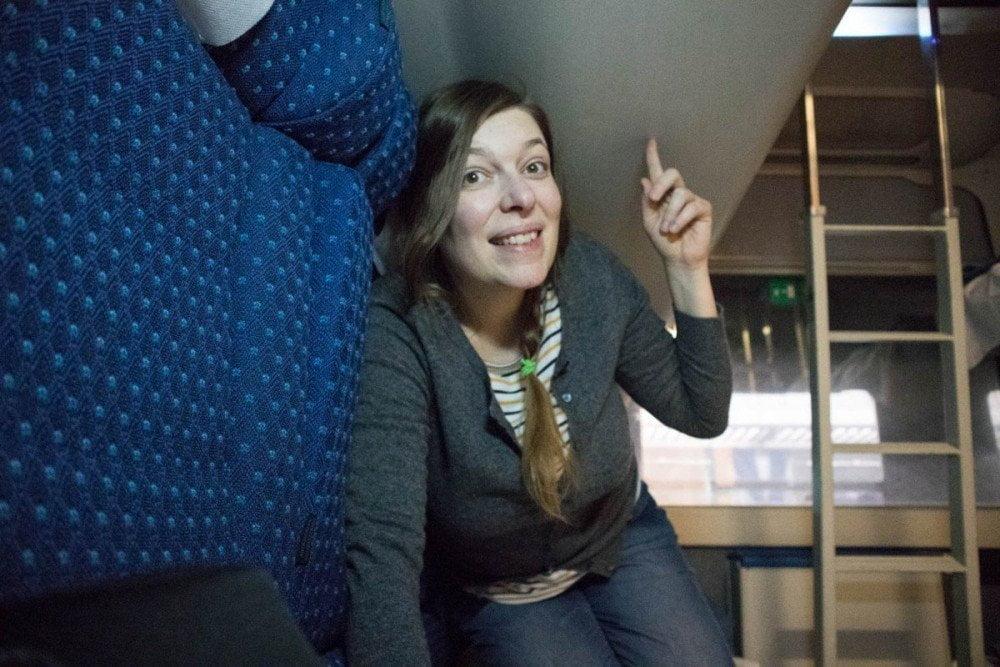 Paola Bertoni nello scompartimento Cuccette C4 Comfort del treno Intercity Notte di Trenitalia