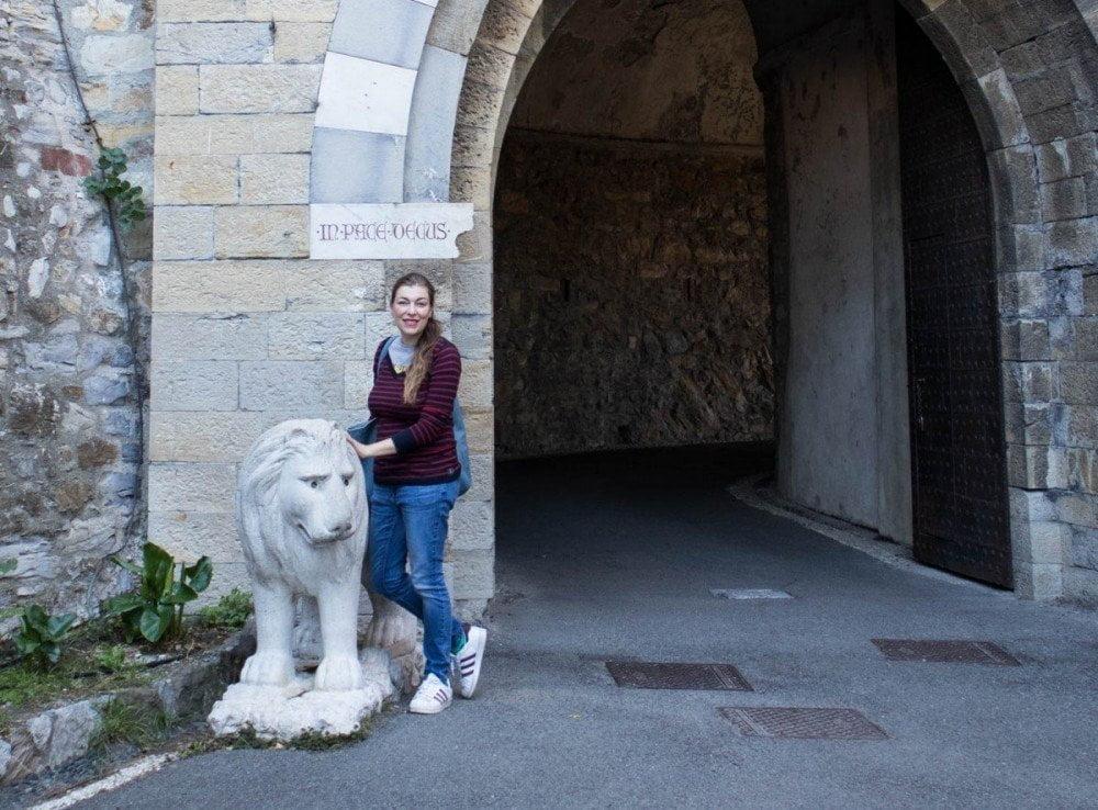 Paola Bertoni all'ingresso del Castello d'Albertis di Genova