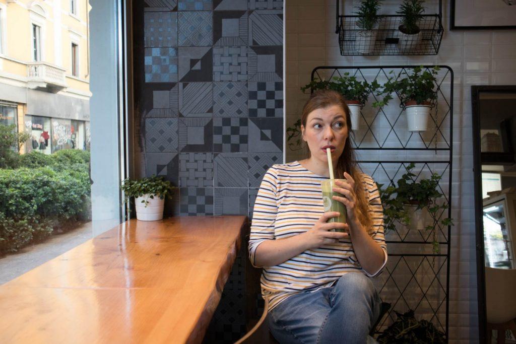 Paola Bertoni beve un cappuccino al matcha da Chateau Dufan a Milano