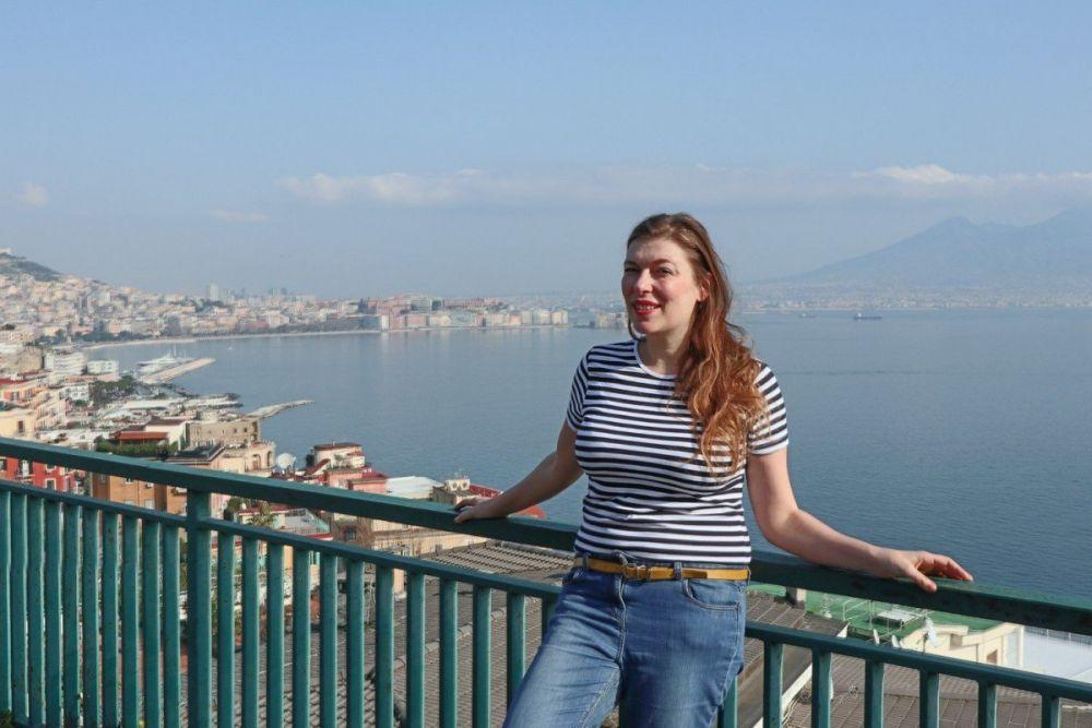 Paola Bertoni con il Vesuvio sullo sfondo lungo il percorso 'Le Vedute del Golfo' del bus City Sightseeing di Napoli