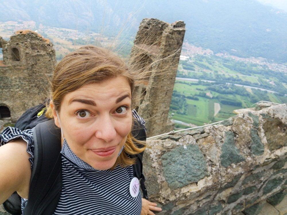 Paola Bertoni con capelli alzati per elettricità statica sulla terrazza della Sacra di San Michele