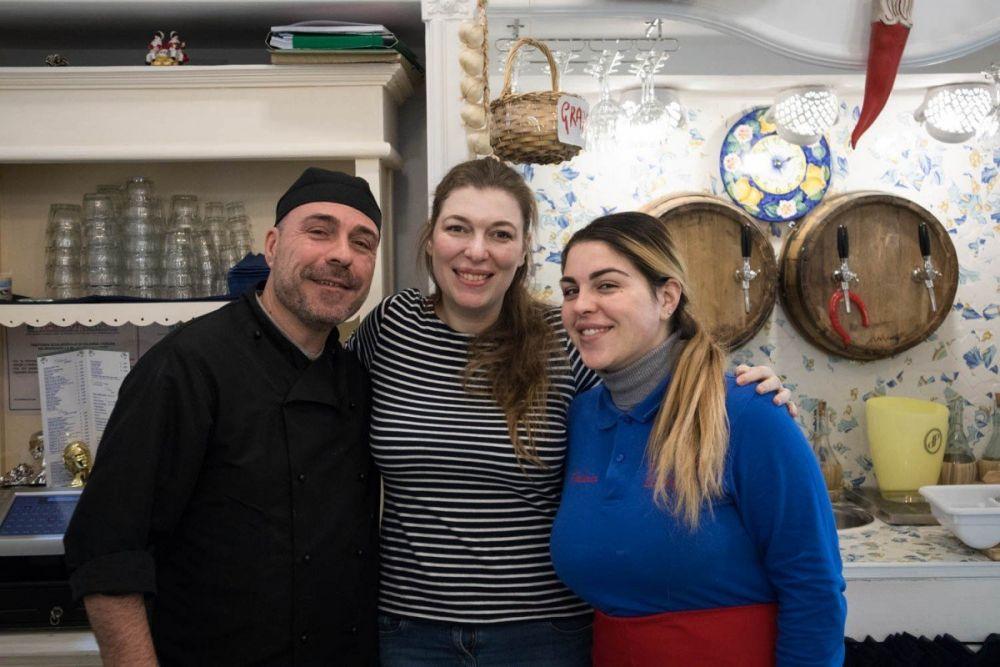 Paola Bertoni con Enzo e Fabiana della trattoria Sciala popolo di Napoli