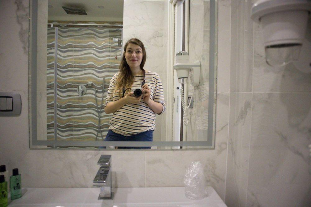 Selfie di Paola Bertoni nel bagno della sua camera Classic nell'hotel Palazzo Firenze di Napoli