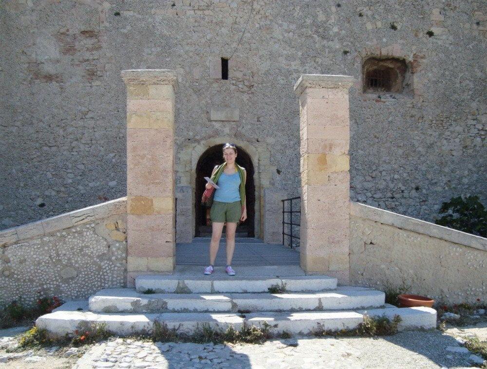 Paola Bertoni all'ingresso dello Chateau d'If a Marsiglia