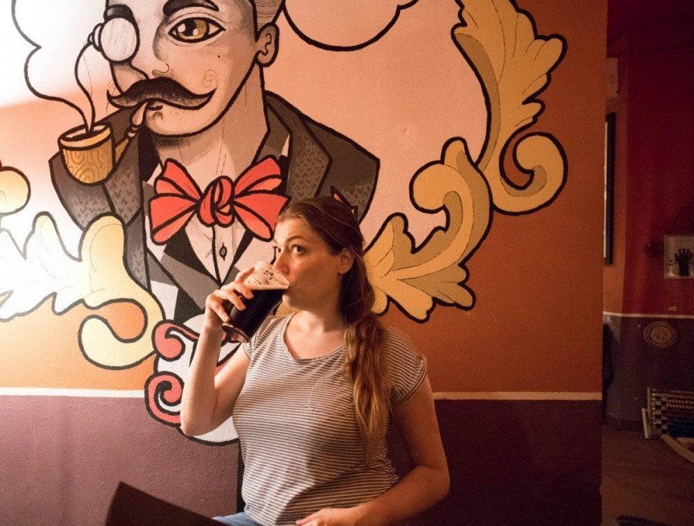Paola Bertoni beve una birra al pub ristorante Kowalski di Genova