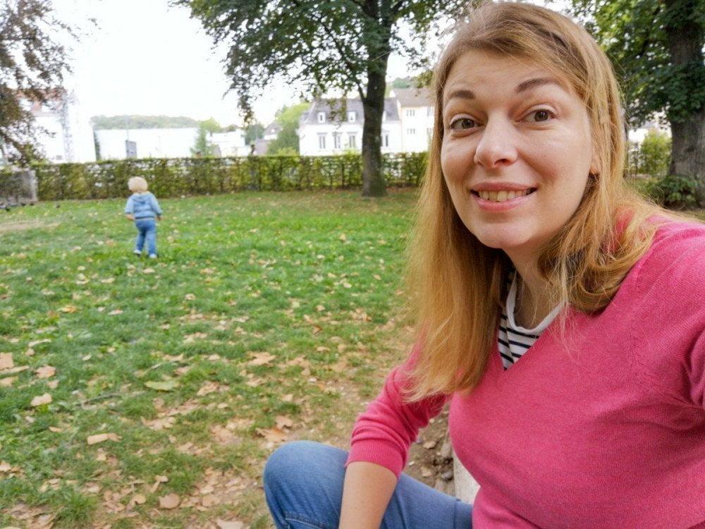 Paola Bertoni nel parco di Lorrach con Britalian baby che scappa