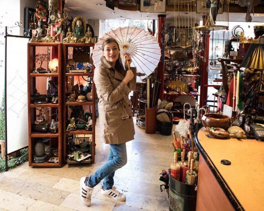 Paola Bertoni da Oriente Store, un negozio di oggettistica cinese in via Paolo Sarpi, nella Chinatown di Milano