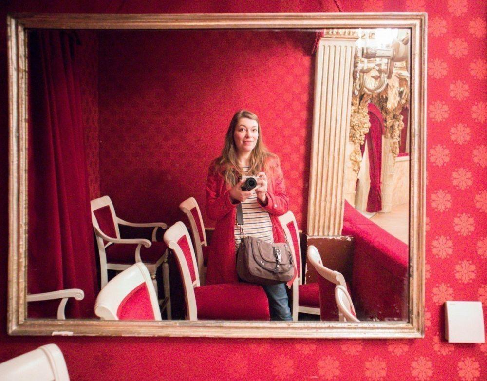 Paola Bertoni davanti allo specchio di un palco del Teatro San Carlo di Napoli