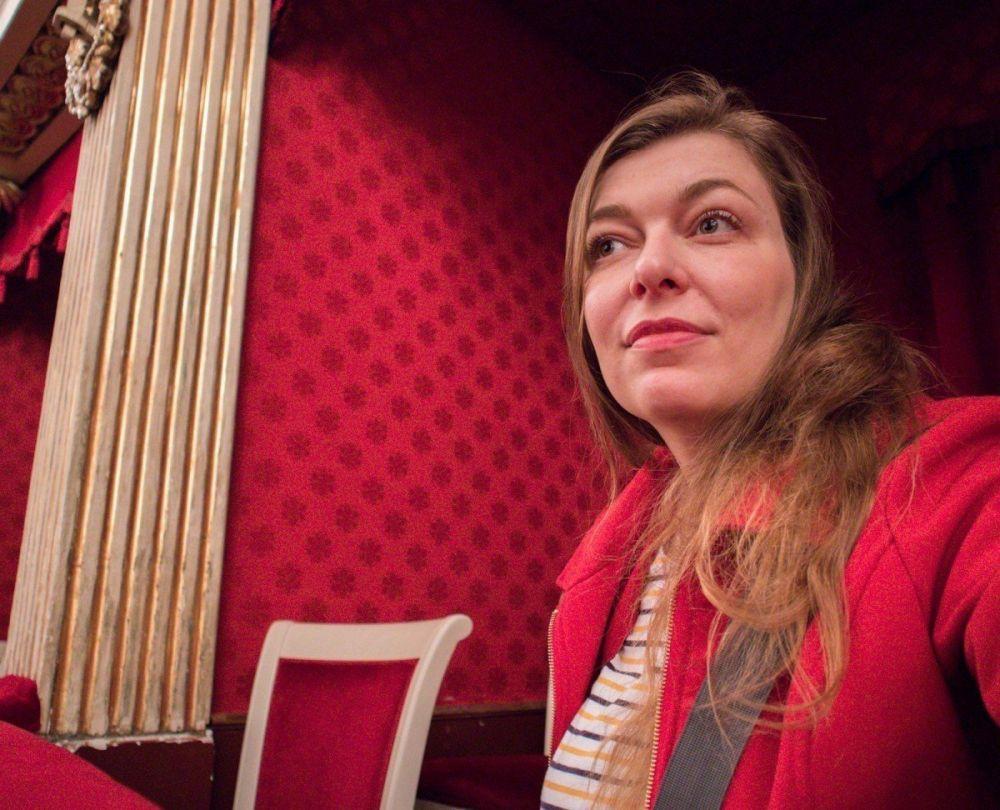 Paola Bertoni seduta in un palco del Teatro San Carlo di Napoli