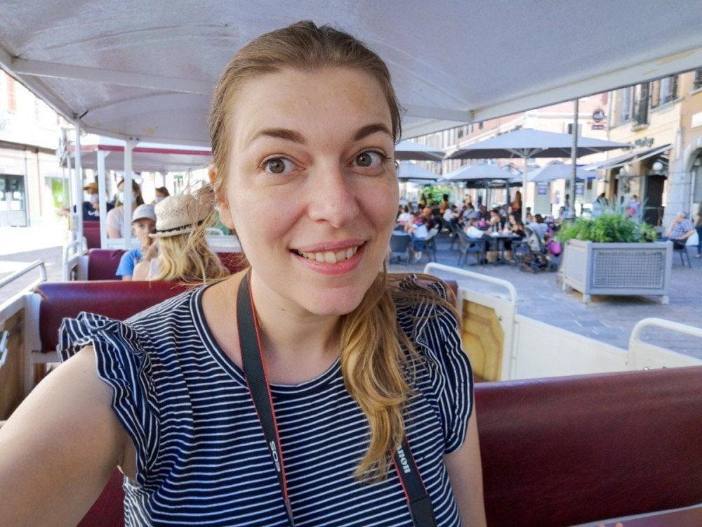 Paola Bertoni sul trenino turistico di Chambery