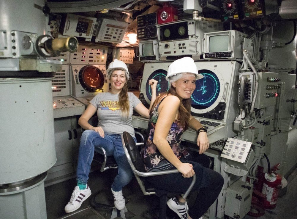 Paola Bertoni e Veronica Meriggi nel sottomarino Nazario Sauro al Galata Museo del Mare di Genova