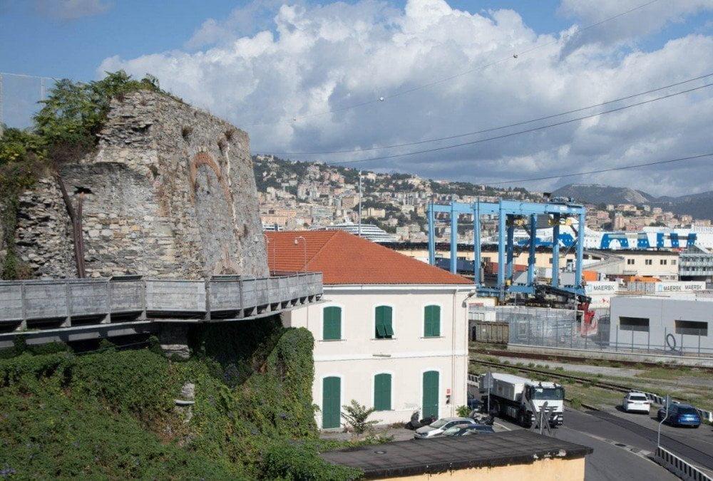 La Passeggiata della Lanterna di Genova a sbalzo sull'esterno delle antiche fortificazioni e con vista sul porto