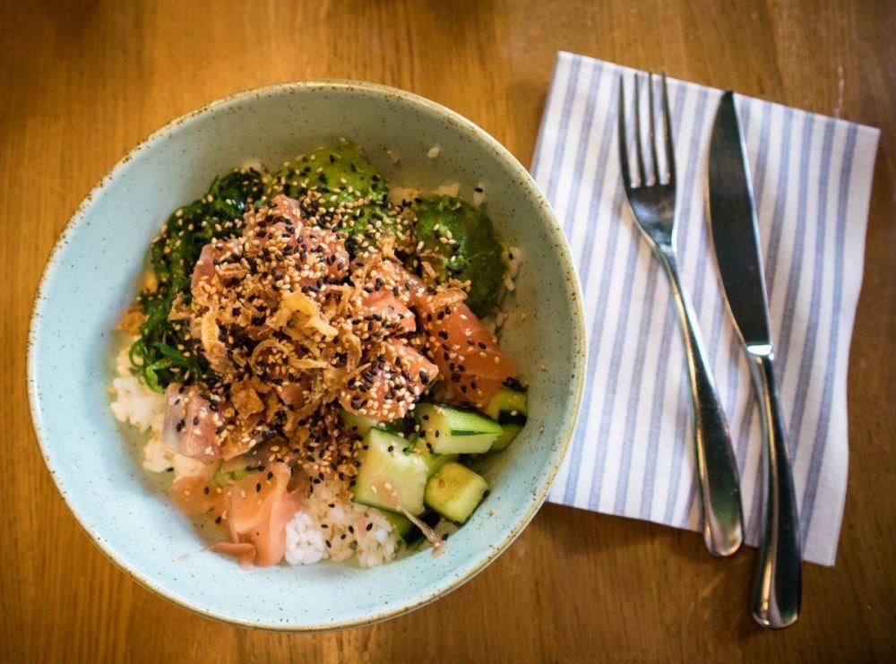 Poké bowl al salmone da Maui Poke a Milano