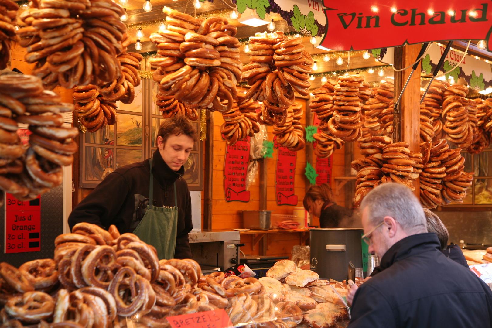 Banco dei bretzel in un mercatino