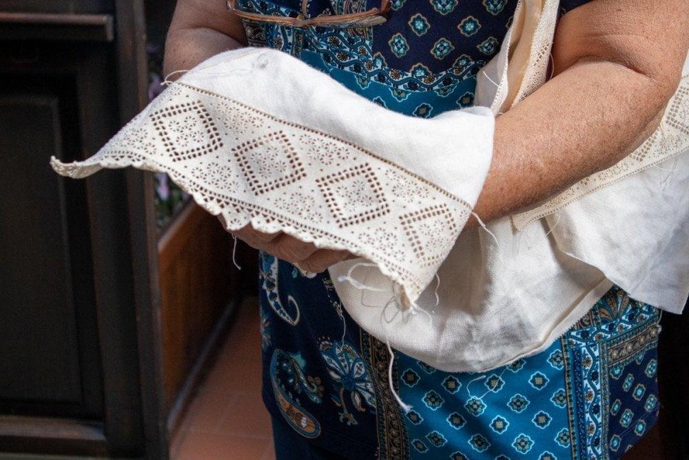 Tessuto bordato con pizzo puncetto valsesiano