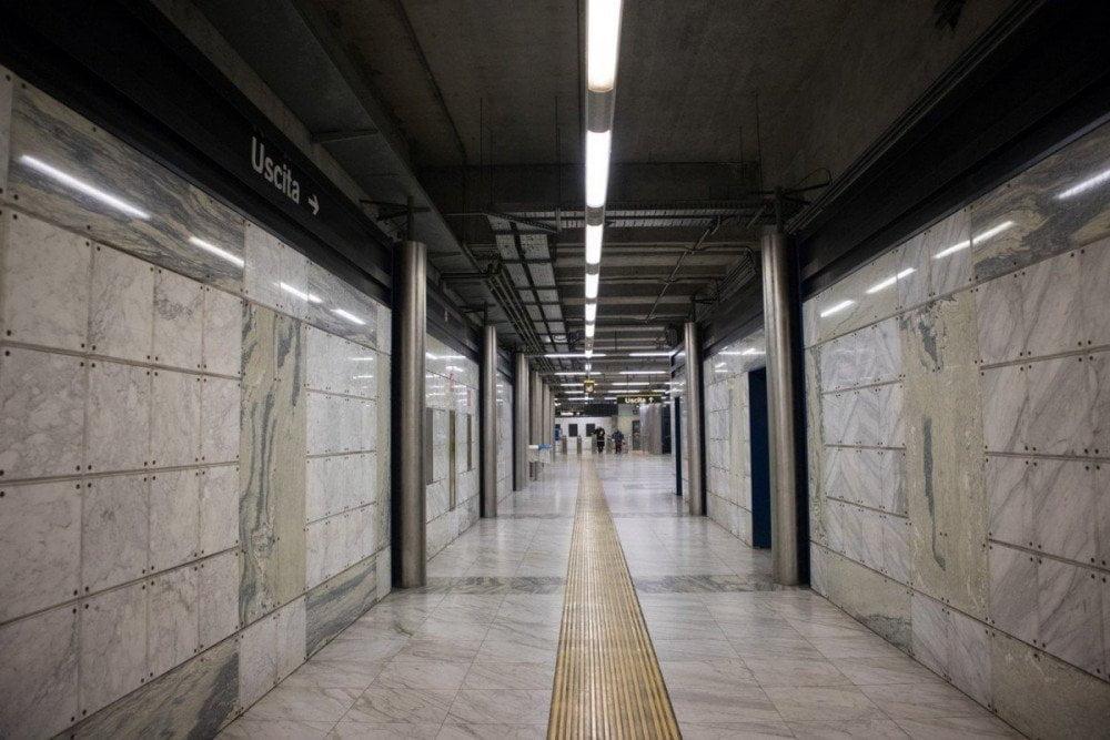 Corridoio della fermata Quattro Giornate della metropolitana di Napoli