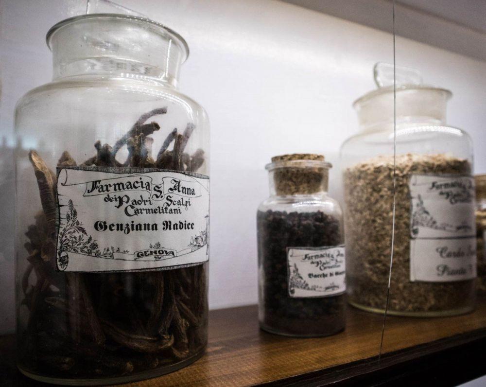 Vasi con erbe essiccate all'Antica Farmacia Sant'Anna dei frati carmelitani scalzi di Genova