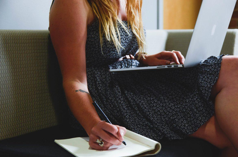 Ragazza al computer intenta nella creazione di un logo per il suo blog