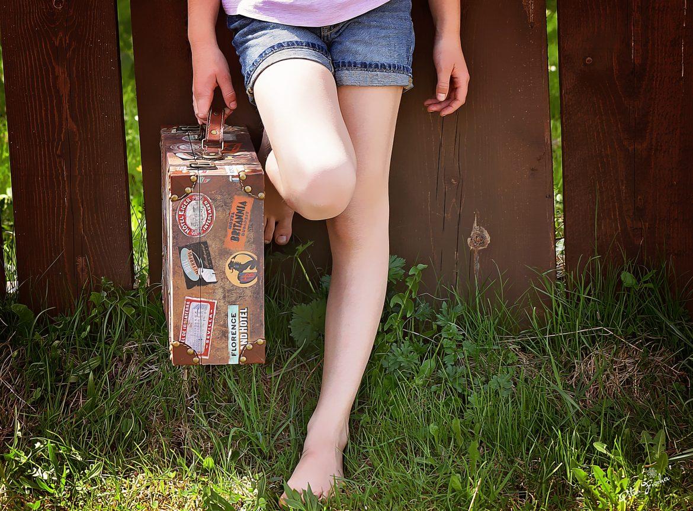 Ragazza con valigia vintage