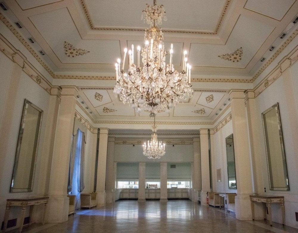Una delle sale del Teatro San Carlo di Napoli visitabile durante la visita guidata
