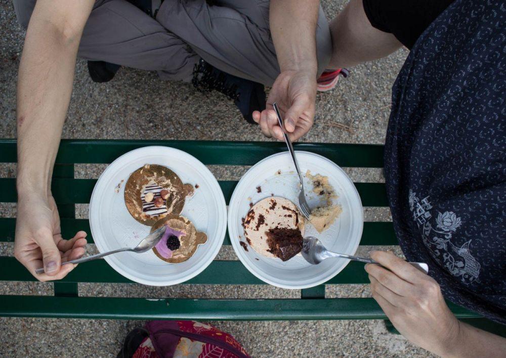 Dolci della pasticceria Shangri-La di Genova mangiati su una panchina