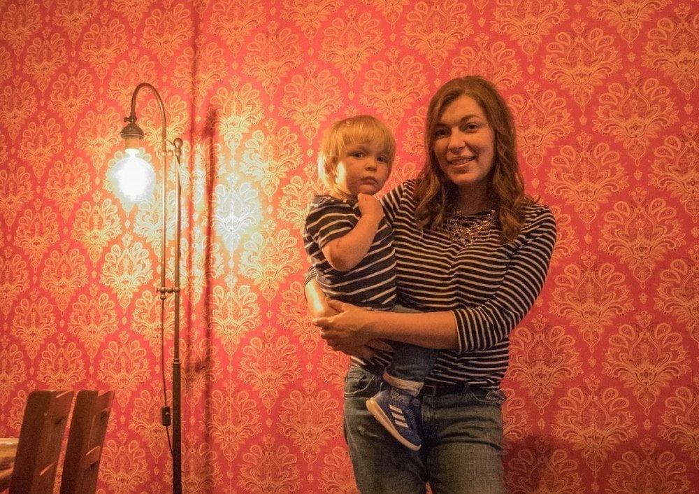 Paola Bertoni con il Britalian baby al ristorante di cucina sovietica Sibiriaki di Torino