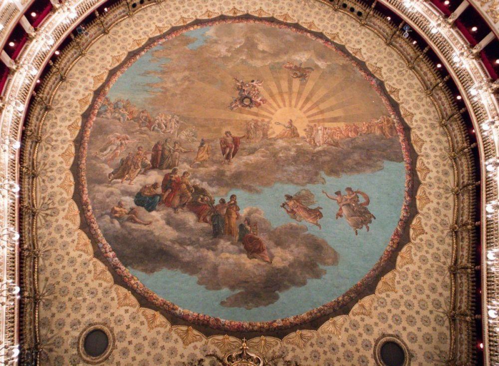 Il soffitto del Teatro San Carlo di Napoli con la grande tela dipinta che nasconde la cupola in legno