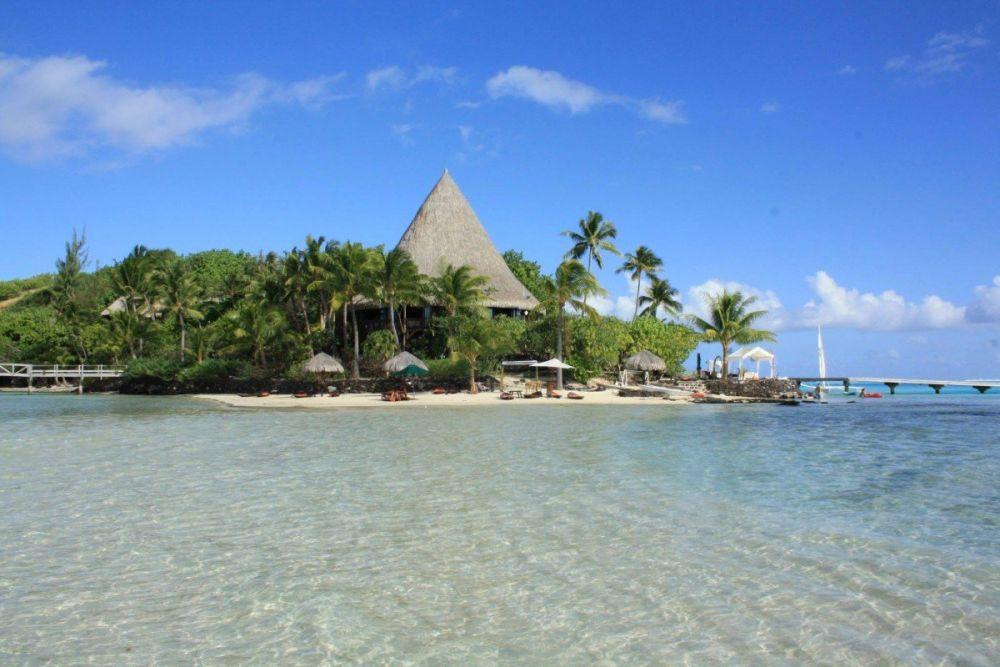 Vista dal mare del Sofitel Bora Bora Private Island Hotel in Polinesia Francese, foto di Pure Joy by Chloe