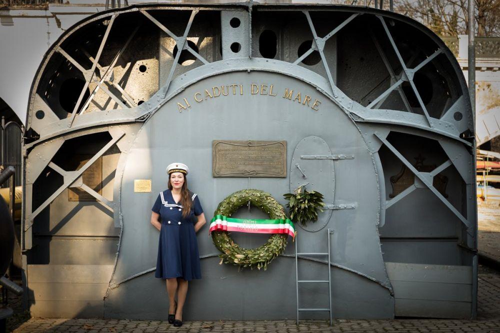 Paola Bertoni davanti al sommergibile Andrea Provana all'ANMI di Torino, foto Ʌir Fotografía per Plastikwombat