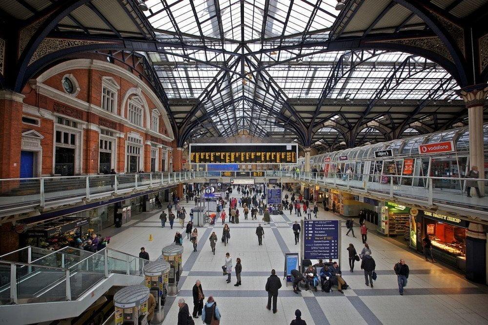 Interno stazione ferroviaria Liverpool Street di Londra