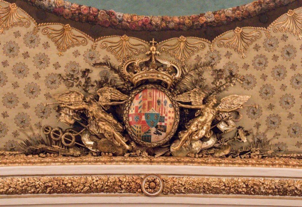 Lo stemma dei Borbone al Teatro San Carlo di Napoli, riportato al suo antico splendore dopo essere stato nascosto dallo stemma della 'nuova' famiglia reale Savoia dopo l'Unità d'Italia