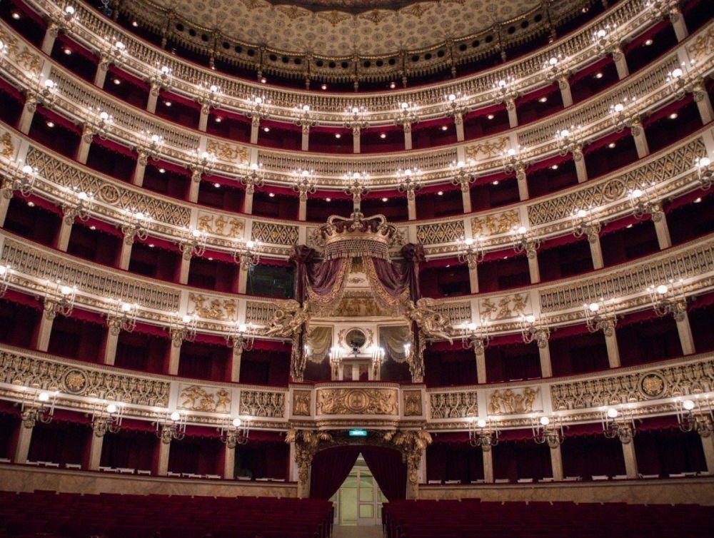 Serie di palchi all'interno del Teatro San Carlo di Napoli con il palco reale in centro