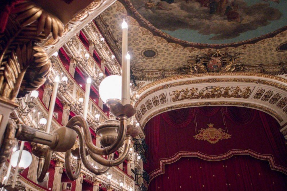 Scorcio dell'interno del Teatro San Carlo di Napoli con vista sui palchi e sulle luci